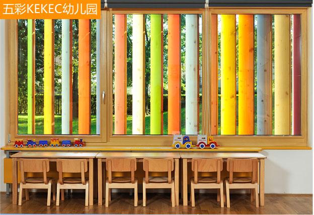 4、飘窗设计 每个孩子的童年都应该是五彩缤纷的,事实上,儿童房的每一个小细节的设计都应该在视觉上做到具有可观赏性之外,同时更需要具有很强的实用性。飘窗设计不妨从这方面着手。如同这个玩具般的百叶窗,太阳光可以从装有百叶窗的外墙洒进来,不仅灵活地控制采光,更是孩子的益智玩具。