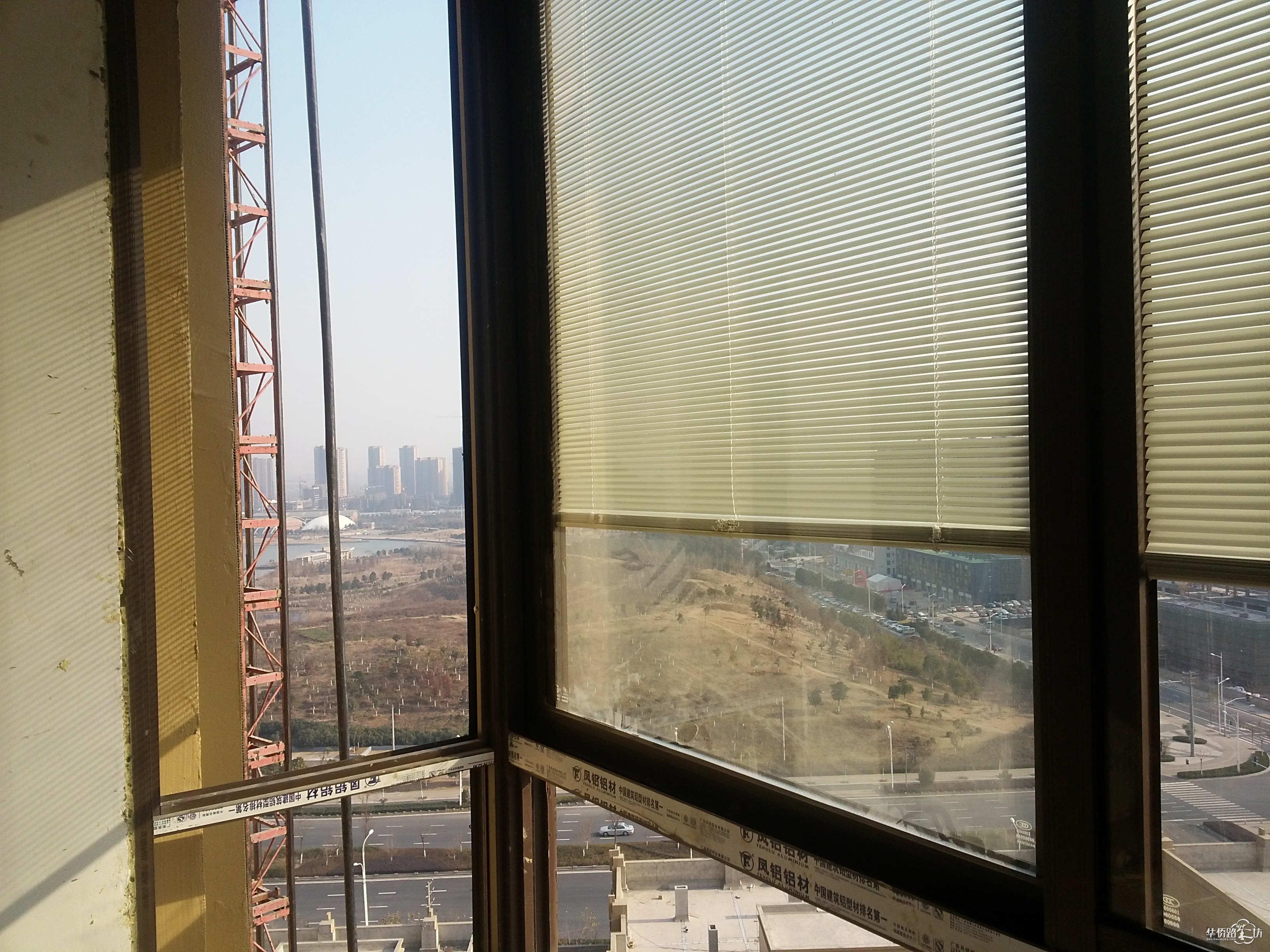 阳台上的洗衣机接口已经安装好了  卧室阳台上的百叶窗是安装在双层玻璃里面的,怎么调整呢? 再看看百叶窗 站在客厅阳台上看到的莲花湖,想想到了春天那满眼的绿色,养眼啊,嘿嘿! 站在阳台上往前看看,看到的是什么? 1706的阳台似乎到了下午5点就挡住了我家阳台冬日的阳光了   站在付卧室的窗前能看到水泥厂,不过,等二期盖好,估计就只能看2期了 副卧室看到的8号楼 副卧室看到的4号楼 房间内部 这个就是传说中赠送的可以改成书房的阳台,量了下尺寸,宽度2700mm,改造成一个书房兼客卧完全足够,嘿嘿! 主卧室