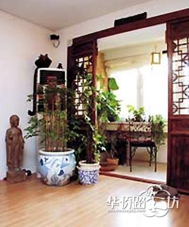客厅阳台装修效果图:仿古的装修元素,一个紫檀茶几,一个棋盘,两杯清茶