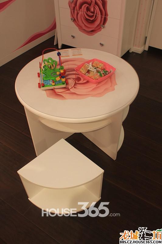 小孩子的世界也是丰富多彩的,邀上好友一起在桌子上玩玩橡皮泥,画画沙