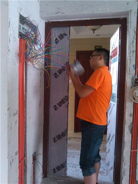 我们的水电师傅摇表进行电路检测,查看线路是否通畅,跟预想的一样