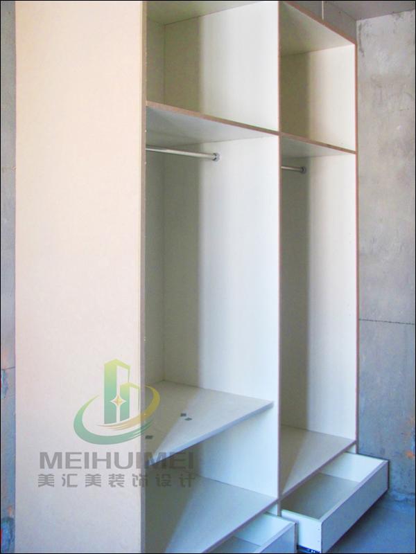 衣柜制作.e0级木工板贴面柜体,九夹板贴面背板.衣柜上方石膏板封门头.
