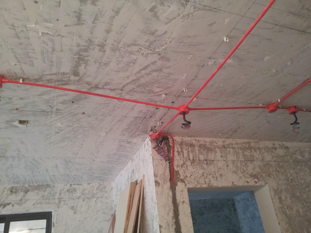 餐厅吊顶上的电路改造,由于施工需要,线管暂未固定.