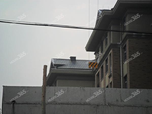 来仔细看看上面的屋顶~~ 起脊的房顶基本不会漏水的