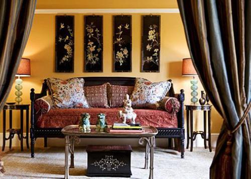 再搭配复古系欧式边桌个茶几,做旧的铁艺家具跟沉郁的中式木质家具