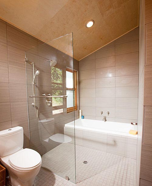 墙面浅色的大理石瓷砖让小空间的淋浴房也干净明艳,地面其实也是