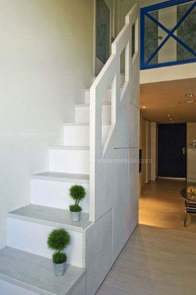 在中式风格楼梯间装修效果图里,其实木材质的楼梯,配上一幅梅花画,使